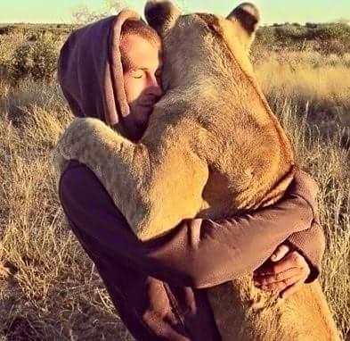 Coaching personal be the change | Blog |Foto para el artículo Naturalezas incompatibles: Hombre abrazando aun león